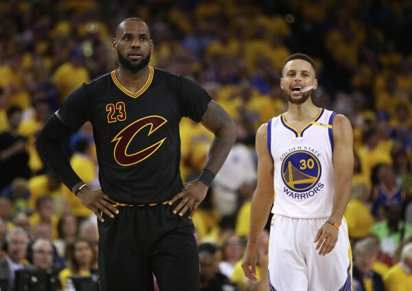 Форвард клуба НБА Кливленд Кавальерс Леброн Джеймс и защитник Голден Стэйт Уорриорз Стефен Карри (слева направо)