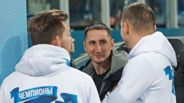 Владимир Быстров (в центре) и футболисты Зенита