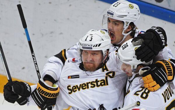 Хоккеисты Северстали радуются заброшенной шайбе