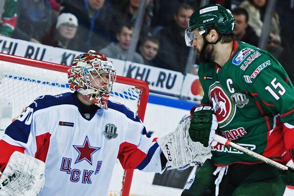 Вратарь ПХК ЦСКА Илья Сорокин (слева) и нападающий ХК Ак Барс Александр Свитов