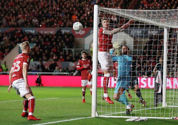 Игровой момент матча Кубка английской лиги Бристоль - Манчестер Сити