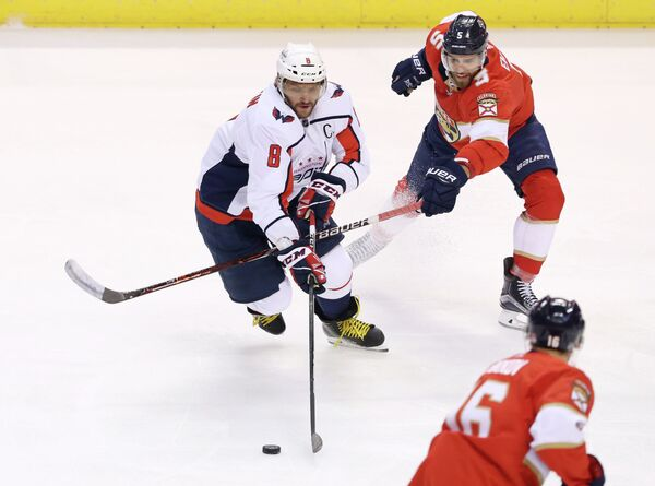 Нападающий клуба НХЛ Вашингтон Кэпиталз Александр Овечкин и защитник Флориды Пантерз Аарон Экблад (слева направо)