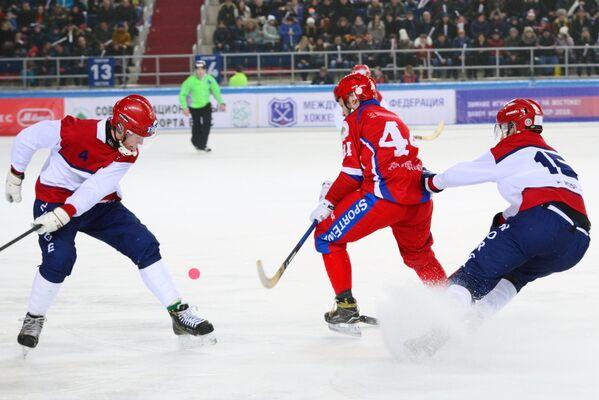 Игрок сборной России по хоккею с мячом Вадим Архипкин (в центре)