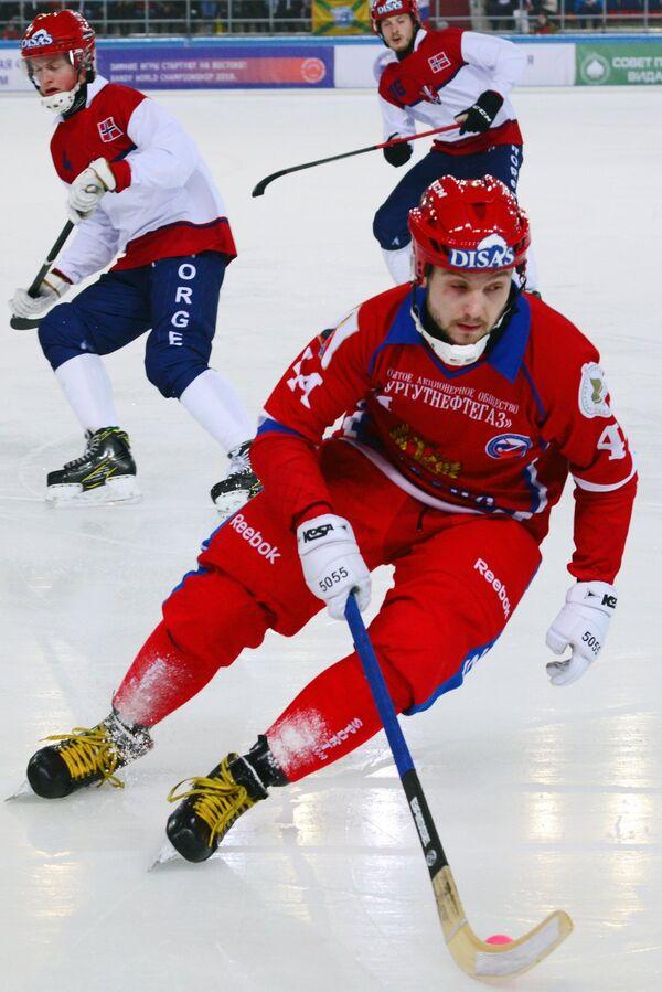 Игрок сборной России по хоккею с мячом Вадим Архипкин (на первом плане)