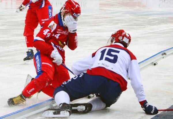 Игрок сборной Норвегии по хоккею с мячом Карл Йернер и игрок сборной России по хоккею с мячом Вадим Архипкин (слева)