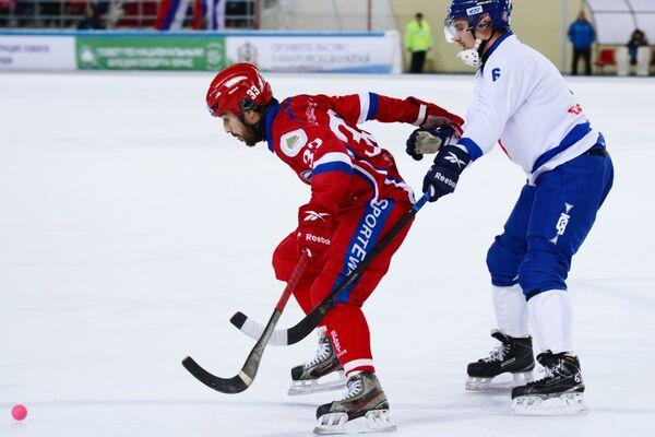 Игрок сборной России Андрей Прокопьев (слева) и игрок сборной Финляндии Теему Мяятя