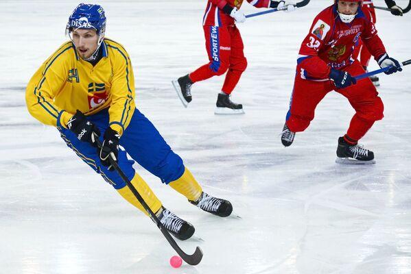 Игрок сборной Швеции Симон Янссон (слева) и игрок сборной России Павел Булатов