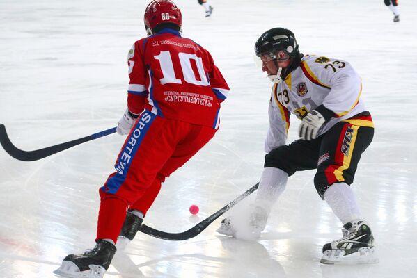 Игрок сборной России по хоккею с мячом Алмаз Миргазов (слева) и игрок сборной Германии по хоккею с мячом Сергей Нааб