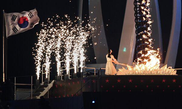 Южнокорейская фигуристка Ким Юна зажигает олимпийский огонь