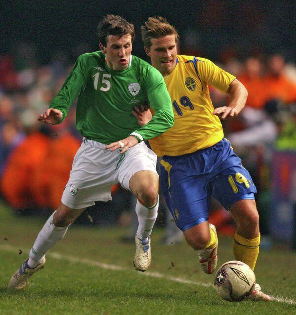 Полузащитник сборной Ирландии по футболу Лиам Миллер (слева)