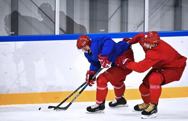 Российские хоккеисты Сергей Мозякин и Никита Нестеров (справа)