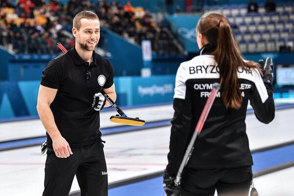 Российский керлингист Александр Крушельницкий (слева)