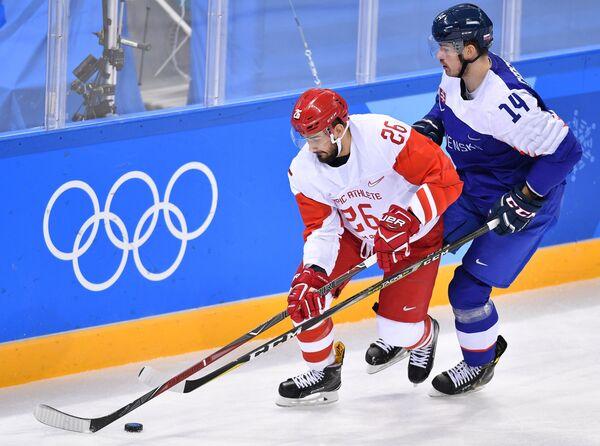 Российский хоккеист Вячеслав Войнов (слева) и защитник сборной Словакии Петер Черешняк