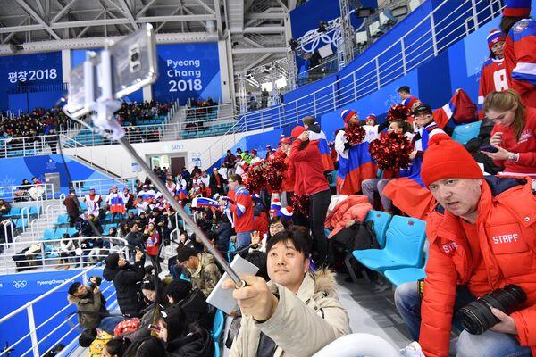 Зрители на матче Россия - Финляндия по хоккею среди женщин