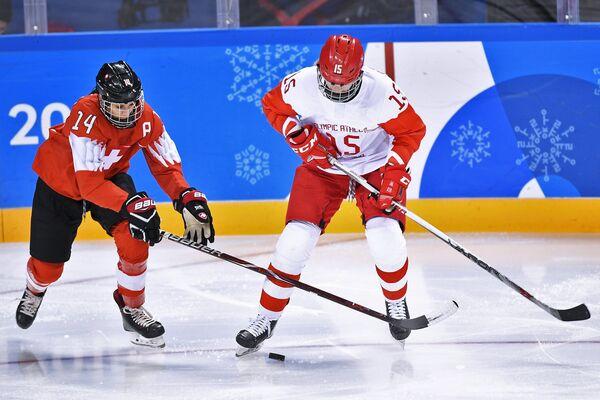 Российская хоккеистка Валерия Павлова (справа)
