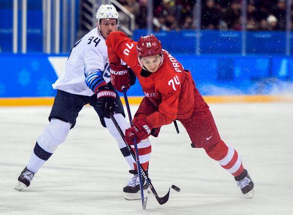 Форвард сборной США Райан Стоа (слева) и форвард сборной России Николай Прохоркин