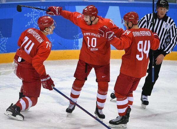 Хоккеисты сборной России Николай Прохоркин, Сергей Мозякин и Алелксандр Барабанов (слева направо) радуются заброшенной шайбе