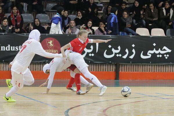 Игровой момент матча женских сборных России и Ирана по мини-футболу