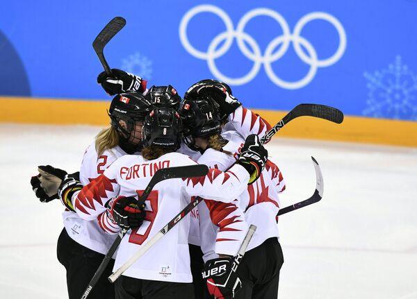 Канадские хоккеистки радуются заброшенной шайбе