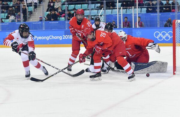 Хоккеистка сборной Канады Сара Нурс, российские хоккеистки Мария Баталова, Екатерина Николаева и голкипер Валерия Тараканова (слева направо)