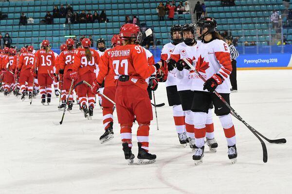 Хоккеистки российской команды и сборной Канады