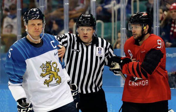 Защитник сборной Финляндии Лассе Кукконен (слева) и форвард сборной Канады Линден Вей