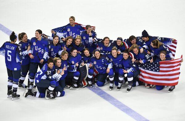 Хоккеистки сборной США радуются победе