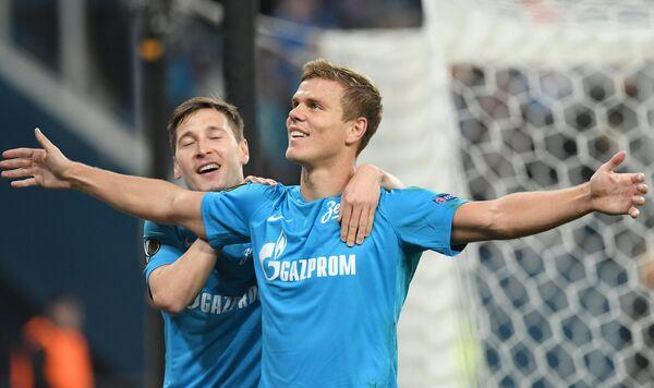 Футболисты Зенита Далер Кузяев и Александр Кокорин (справа) радуются забитому мячу