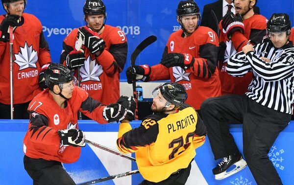 Канадский хоккеист Рене Бурк и хоккеист сборной Германии Маттиас Плахта (слева направо)