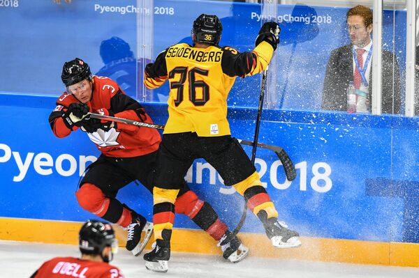 Канадский хоккеист Карл Столлери и хоккеист сборной Германии Янник Зайденберг (слева направо)