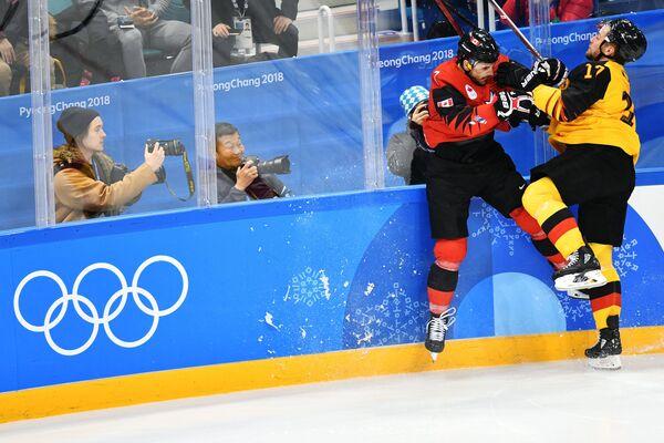 Канадский хоккеист Жильбер Брюле и хоккеист сборной Германии Маркус Кинк (слева направо)