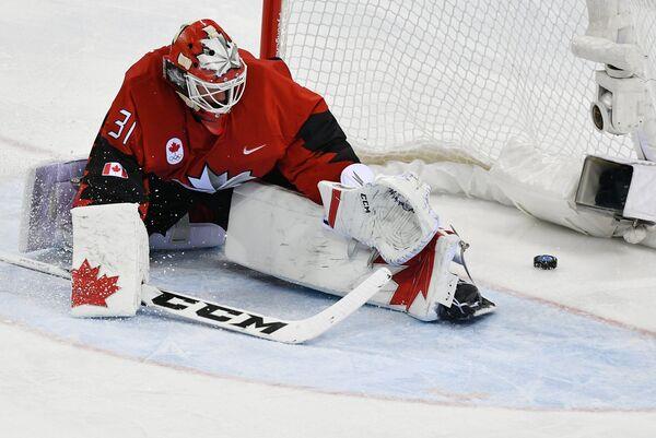 Голкипер сборной Канады Кевин Пулен пропускает шайбу