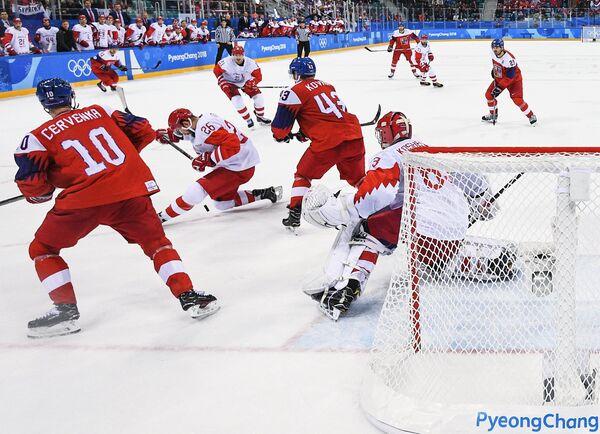 Игровой момент у ворот голкипер сборной России Василия Кошечкина (справа)