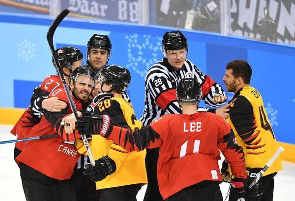 Судьи разнимают игроков в полуфинальном матче Канада - Германия