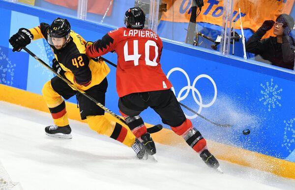 Немецкий хоккеист Ясин Эхлиз и хоккеист сборной России Максим Лапьер (слева направо)