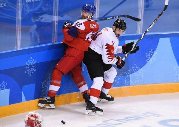 Нападающий сборной Чехии Михал Ржепик и защитник сборной Канады Крис Ли (справа)