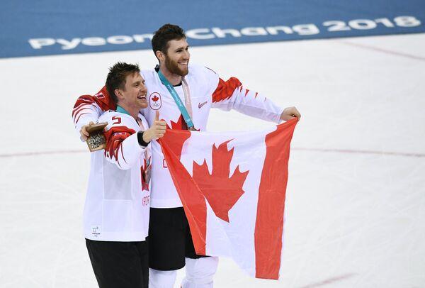 Игроки сборной Канады Чарльз Геноуэй (слева) и Квинтон Хауден