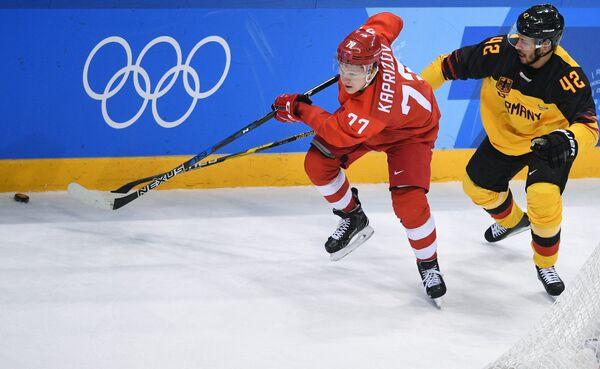 Нападающие сборной России Кирилл Капризов (слева) и сборной Германии Язин Элиц