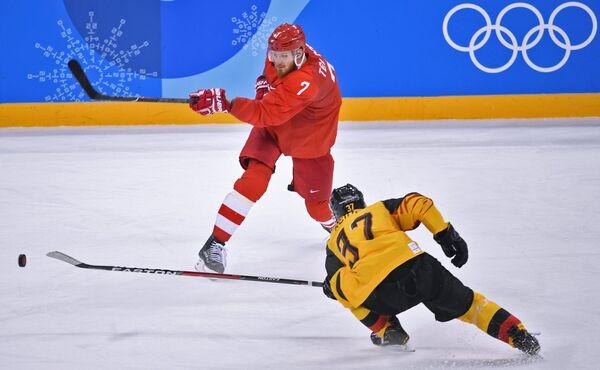 Нападающие сборной России Иван Телегин (слева) и сборной Германии Патрик Раймер