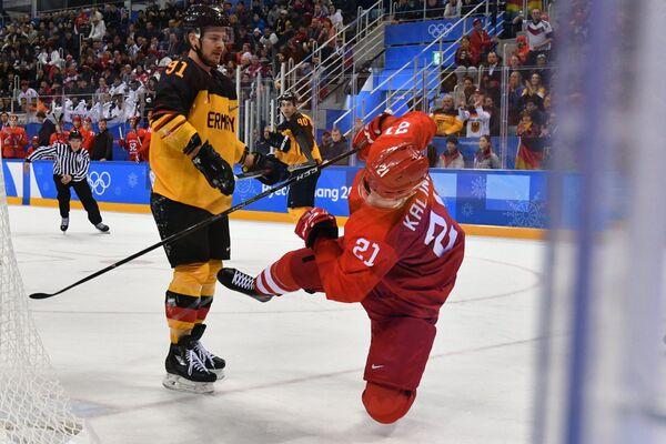 Защитник сборной Германии Мориц Мюллер (слева) и нападающий сборной России Сергей Калинин