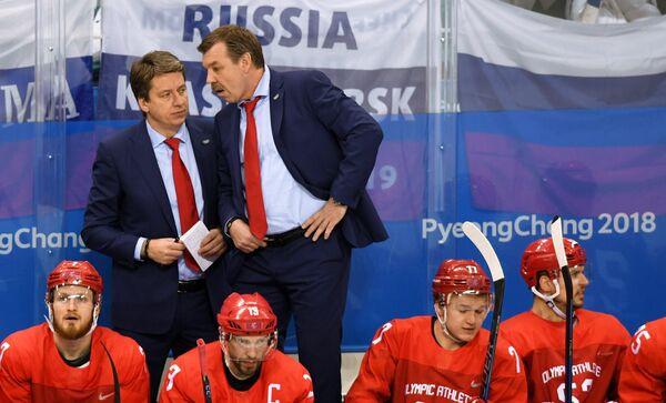 Тренер сборной России Харийс Витолиньш и главный тренер сборной России Олег Знарок (справа)