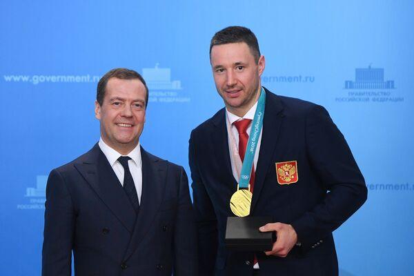 Дмитрий Медведев и олимпийский чемпион по хоккею Илья Ковальчук (справа)
