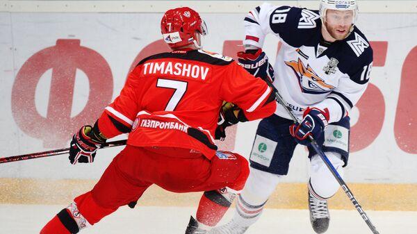 Защитник Автомобилиста Николай Тимашов (слева) и форвард Металлурга Денис Кокарев