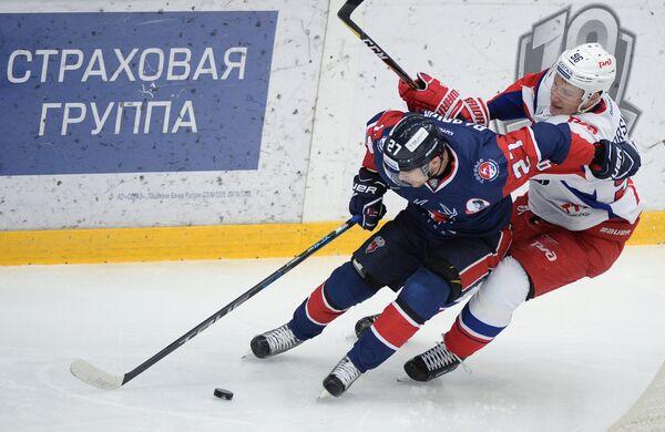 Нападающий ХК Торпедо Денис Паршин (слева) и игрок ХК Локомотив Егор Коршков