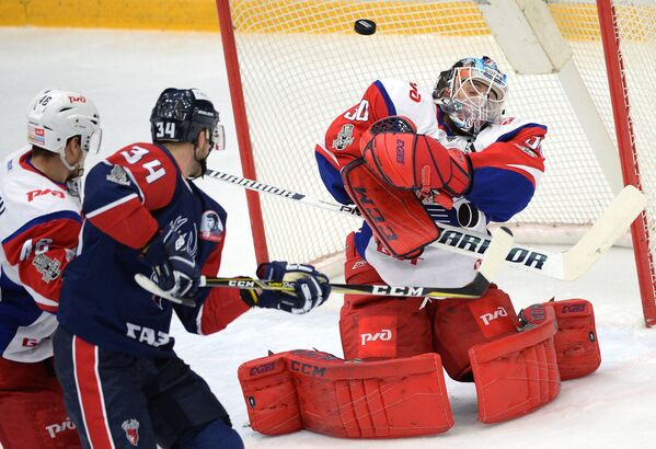 Вратарь ХК Локомотив Алексей Мурыгин (справа)