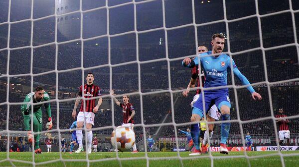 Хавбек Арсенала Арон Рэмзи (справа) радуется забитому мячу в ворота Милана