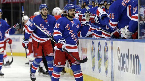 Нападающий клуба НХЛ Нью-Йорк Рейнджерс Матс Цуккарелло (на переднем плане)