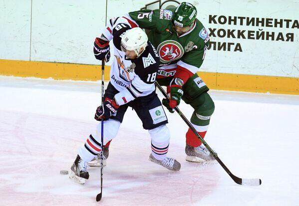 Форвард ХК Металлург Денис Кокарев (слева) и нападающий ХК Ак Барс Александр Свитов