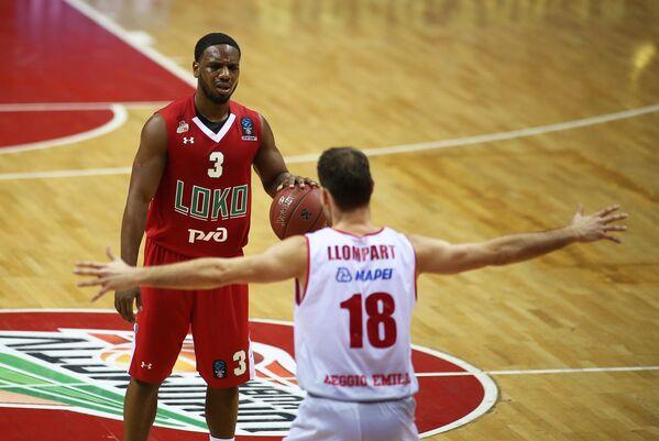 Защитник БК Локомотив-Кубань Джо Рагланд (слева) и разыгрывающий БК Реджо-Эмилия Педро Льомпарт Усон