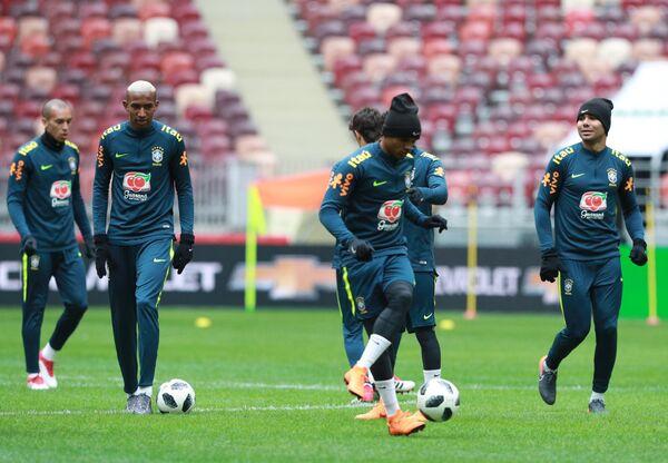 Футболисты сборной Бразилии Талиска (второй слева) и Каземиро (справа)